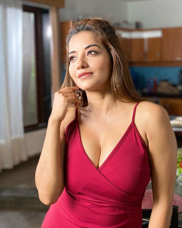 Hot Photodump: लेटेस्ट रेड बॉडीकॉन ड्रेस में सुपर सेक्सी लग रही हैं  Monalisa, फैन्स को लग रही है गर्मी | IWMBuzz हिन्दी
