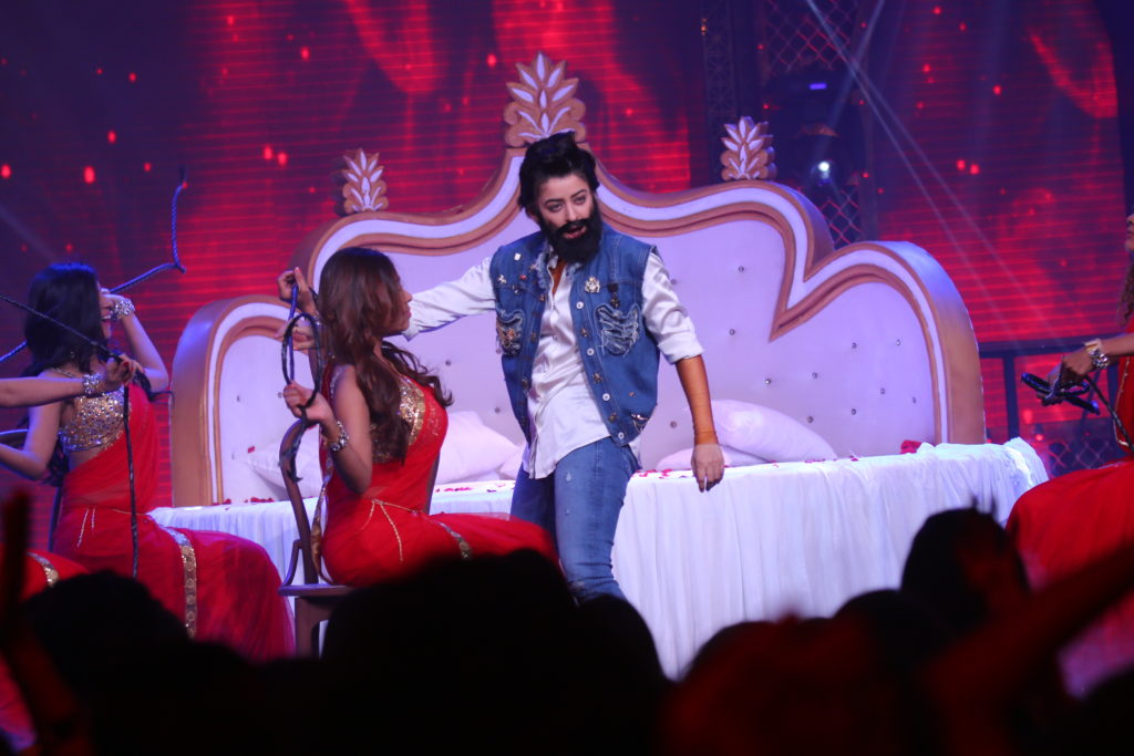 Mahi Vij & Jay Bhanushali's sensuous act on Lip Sing Battle!