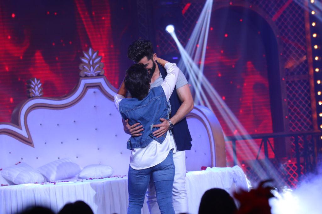 Mahi Vij & Jay Bhanushali's sensuous act on Lip Sing Battle! 1