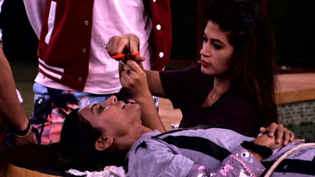 Bigg Boss 11: Bandgi seeks revenge from Hina by cutting her hair