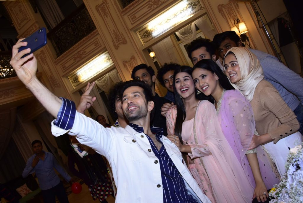 StarPlus: Fans surprise actor Nakuul Mehta for his birthday 4
