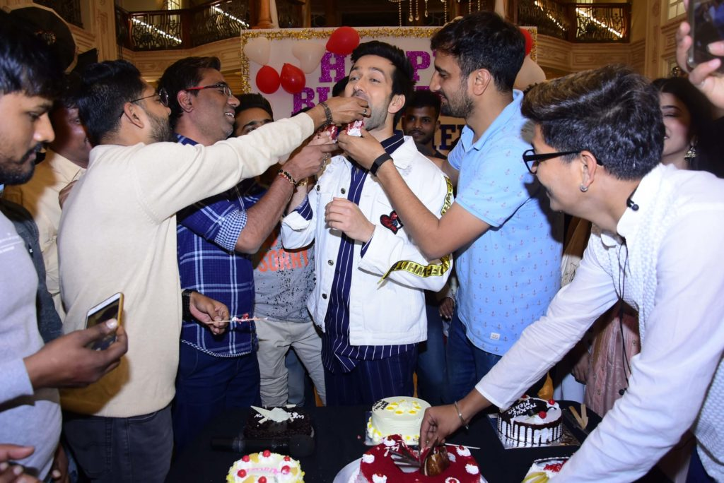 StarPlus: Fans surprise actor Nakuul Mehta for his birthday 5