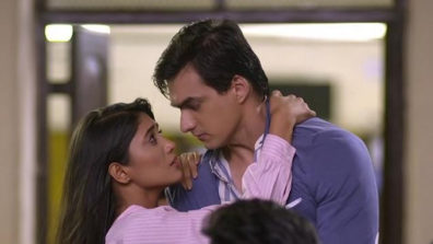 Naira-Kartik's romantic eye lock moment in Star Plus' Yeh Rishta Kya Kehlata Hai