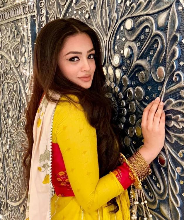 Bahu Begum Actress Samiksha Jaiswal's ethnic avatar! 5