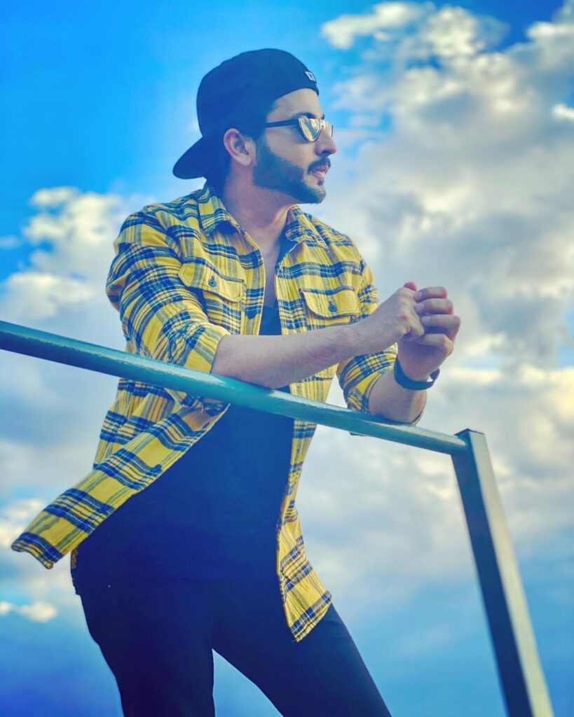 Dheeraj Dhoopar strikes a cool style statement with his sun glares 4