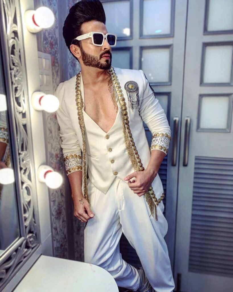 Dheeraj Dhoopar strikes a cool style statement with his sun glares 6