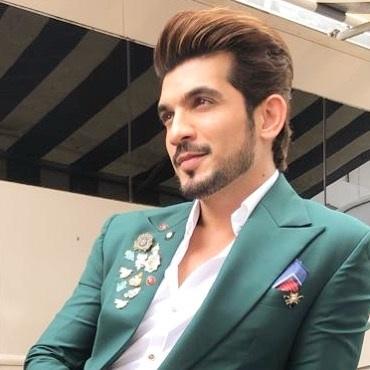 Sexy Suit Looks of Arjun Bijlani 1