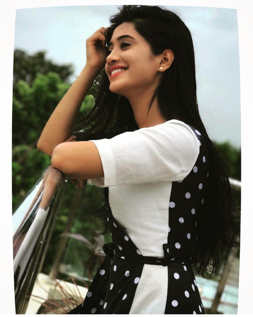 Shivangi Joshi and her attention-seeking style game 8