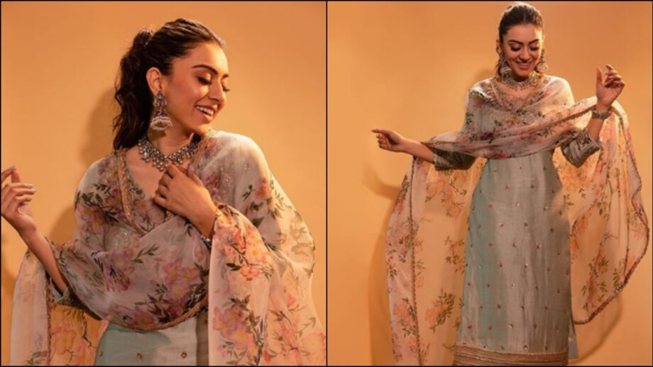 https://www.iwmbuzz.com/wp-content/uploads/2020/01/hansika-motwani-the-gorgeous-beauty-in-the-traditional-avatar-920x518.jpg