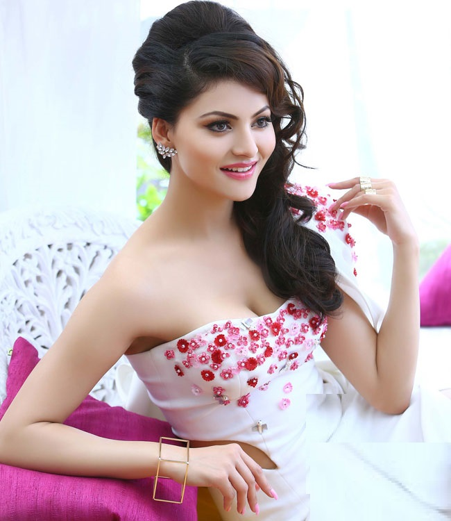 Urvashi Rautela's ethnic hairstyles that you shouldn't give a miss! 3
