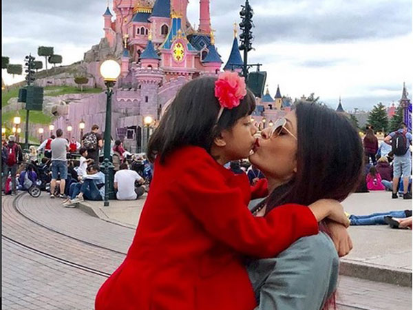 Adorable moments when Aishwarya Rai Bachchan kissed her daughter Aaradhya in public 1
