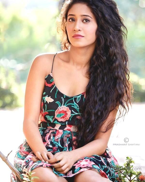 Yeh Rishta Kya Kehlata Hai Actress Shivangi Joshi Looks SEXY In These Floral Outfits, See pics 5