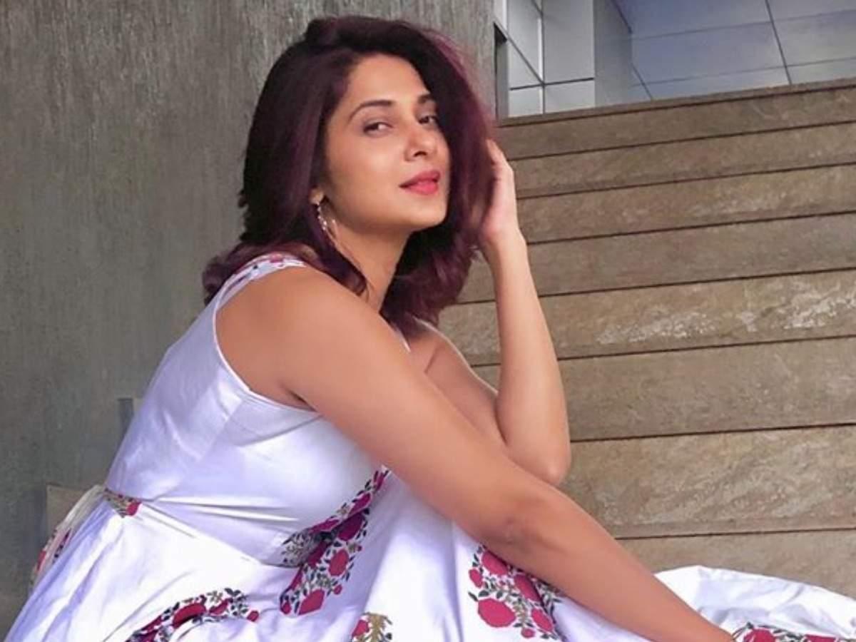 Erica Fernandes, Surbhi Chandna, Hina Khan, Jennifer Winget: The celebs inspired medium length hairs 5