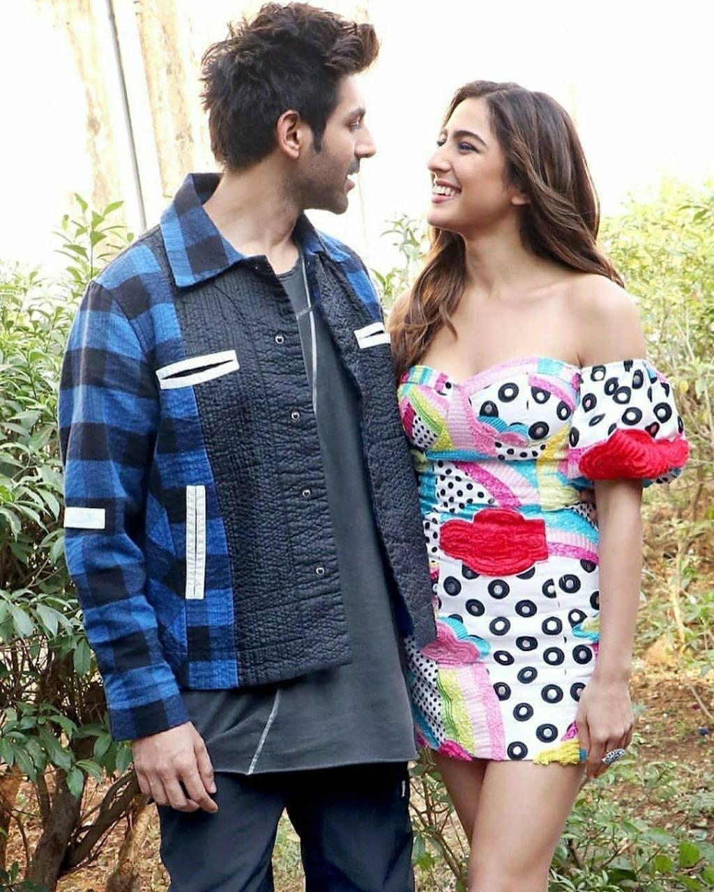 Kartik Aaryan and Sara Ali Khan's Eye-Lock Moments! 2