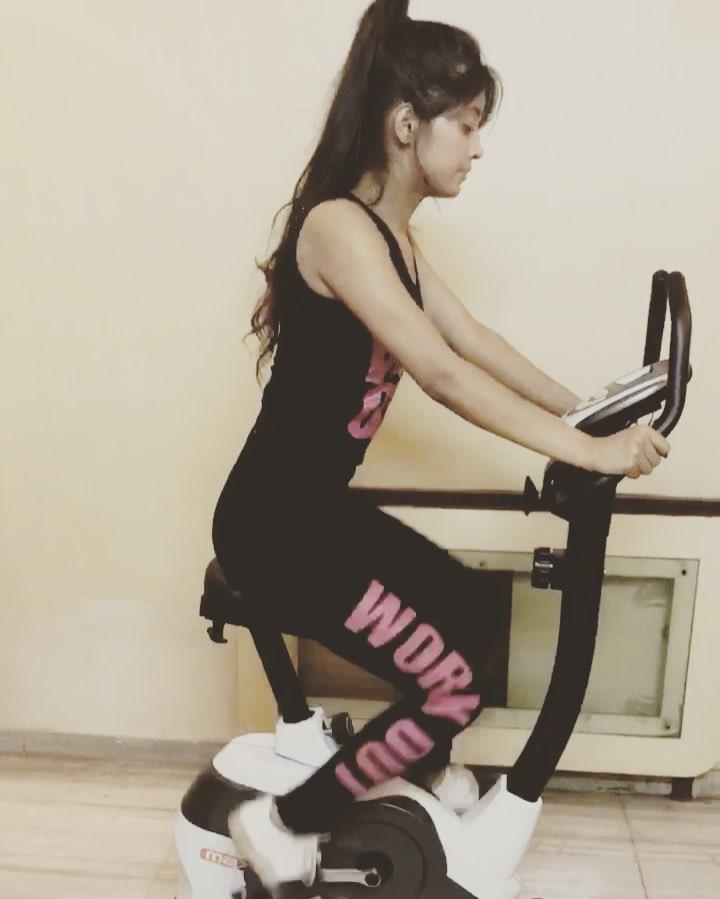 Divyanka Tripathi, Jasmin Bhasin, Shrenu Parikh, Shivangi Joshi: 8 Most Inspiring Workout Clothing Ideas 3