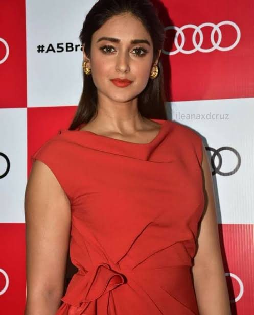 These PICTURES prove Ileana D'Cruz, Kajal Aggarwal & Pooja Hegde know how to experiment with colours 1