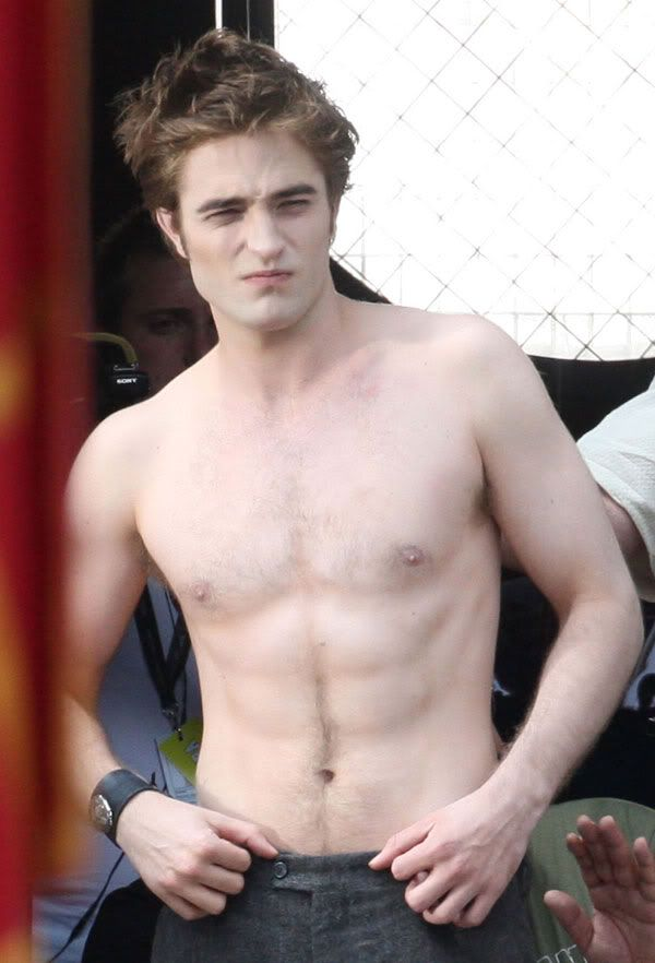 When Robert Pattinson Poses For A Oh-So-Perfect Shirtless Selfie! 3