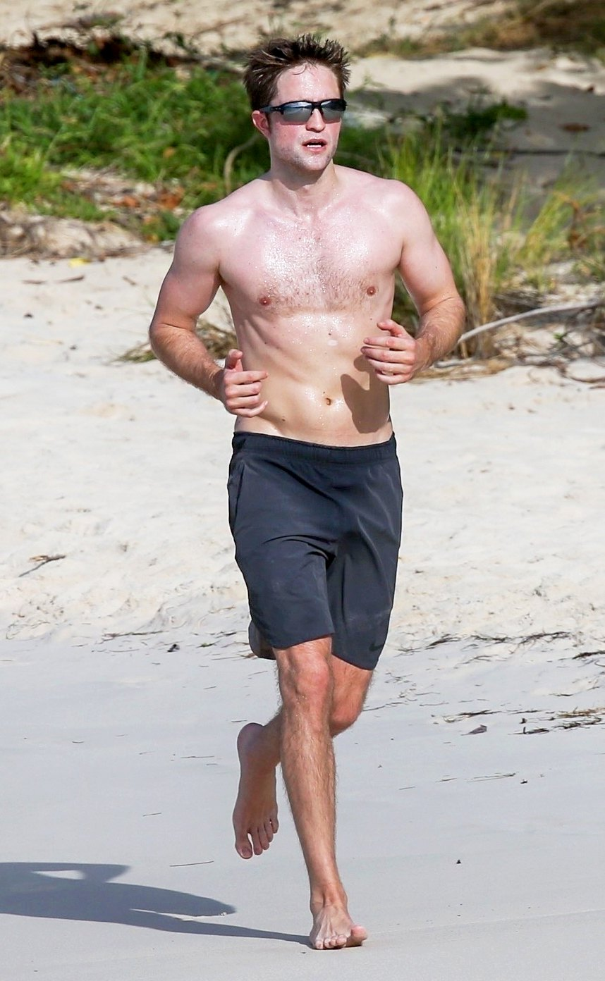 When Robert Pattinson Poses For A Oh-So-Perfect Shirtless Selfie! 4