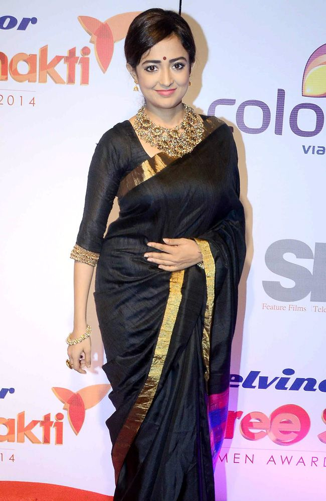 How To Amp Up Your Ethnic Outfits For THIS Navratri Like Monali Thakur? 2