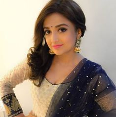 How To Amp Up Your Ethnic Outfits For THIS Navratri Like Monali Thakur? 3