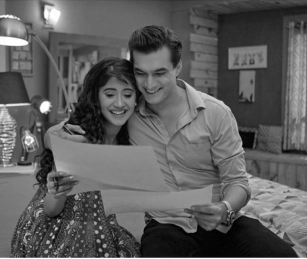 Yeh Rishta Kya Kehlata Hai: Check Out; KAIRA's BLACK And WHITE Collection That Can Inspire Your Next Look 5