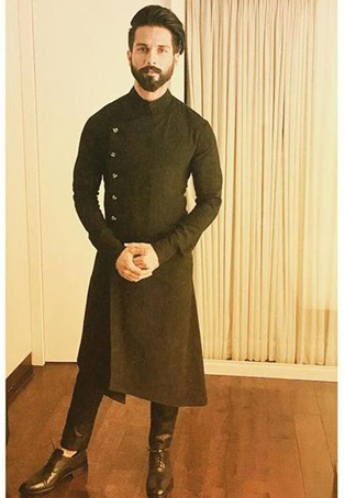4 Times Vijay Deverakonda Beat Shahid Kapoor With His Flawless Style Game 2