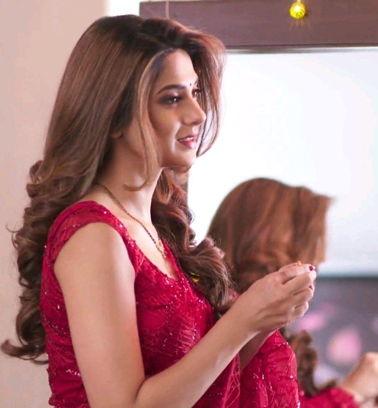 Hina Khan, Jennifer Winget, Erica Fernandes: Hot In RED Traditional Saree 2