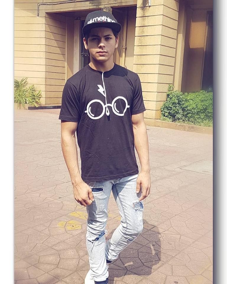 Siddharth Nigam's Incredible Oversize Looks, Gorgeous! 2