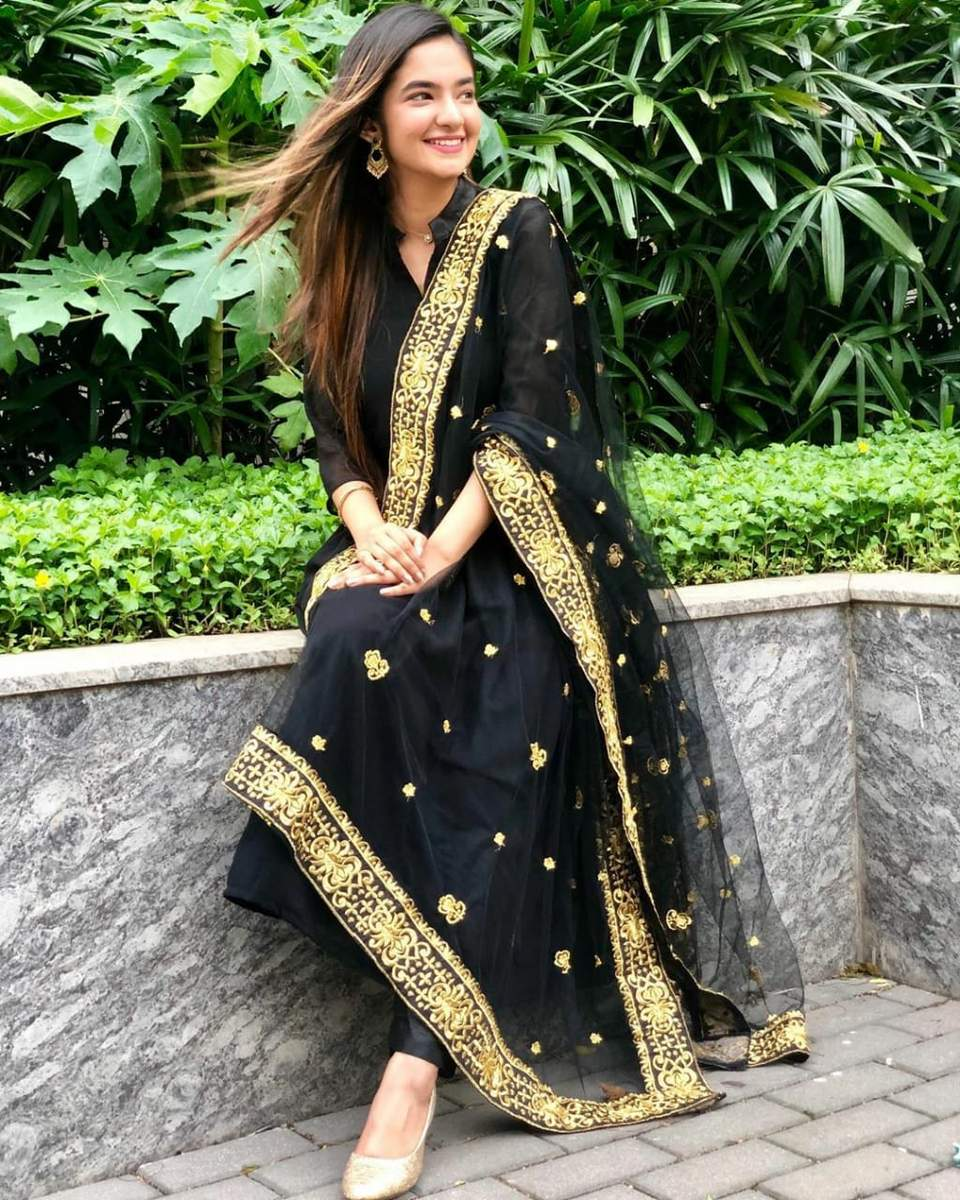 Anushka Sen Looking Hot and Sexy in Anarkali Kurta 1